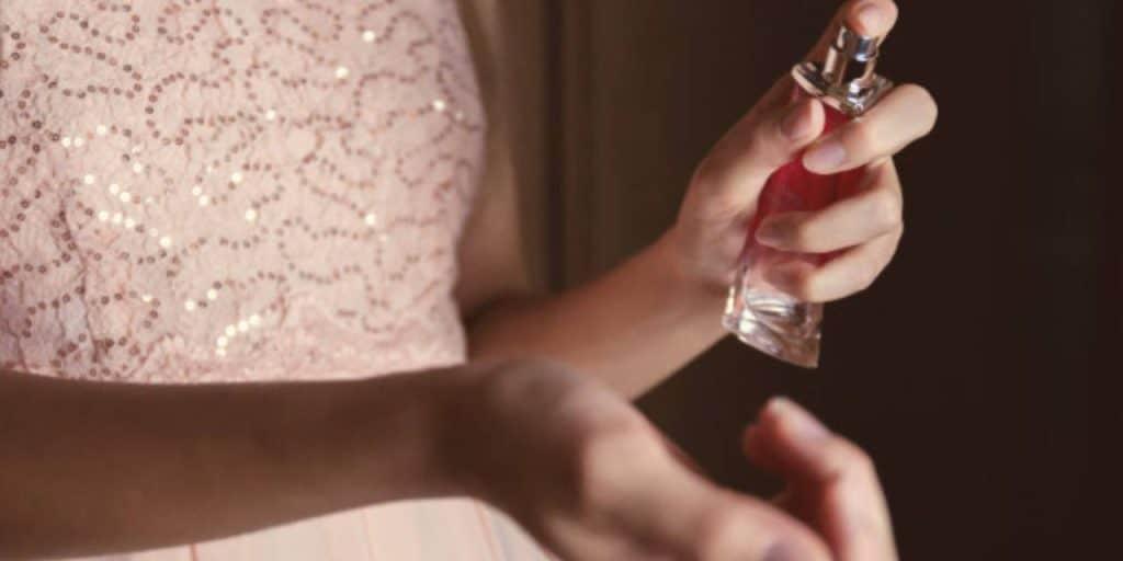 عطرها به خانم های باردار آرامش و اعتماد به نفس می¬بخشد. انتخاب عطر و استفاده از بهترین عطرها در دوران بارداری مانند یک لباس شیک ارزش دارد