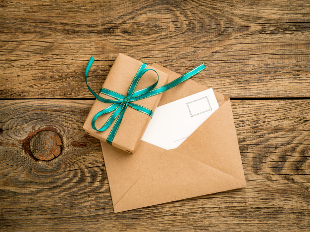 caja regalo navidena atada cinta verde sobre abierto papel kraft tarjeta postal 73872 68 - ۵ ایده برای کادو کردن عطر و ادکلن